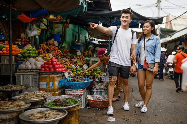 Giovane coppia asiatica visita in un mercato locale a Ho Chi Minh City, Vietnam . — Foto stock