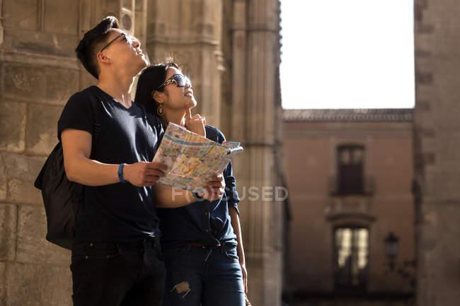 Китайская пара в Барселоне с картой, Испания — стоковое фото