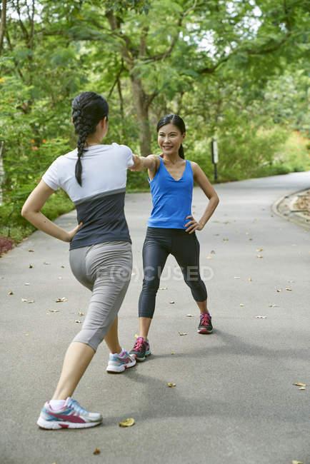 Дві жінки, розігрів в ботанічний сад, Сінгапур — стокове фото