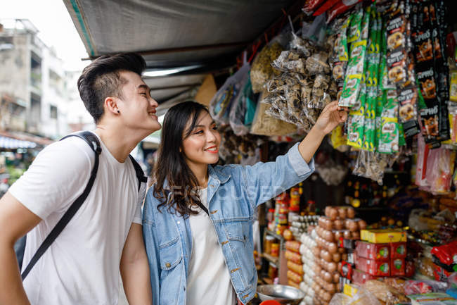 Young asian couple sightseeing in a local market in Ho Chi Minh City, Vietnam. — Stock Photo