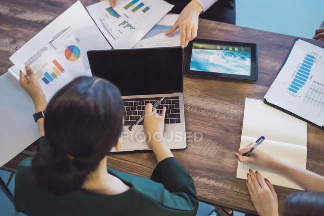 Junge asiatische Geschäftsleute bei der Arbeit im modernen Büro — Stockfoto