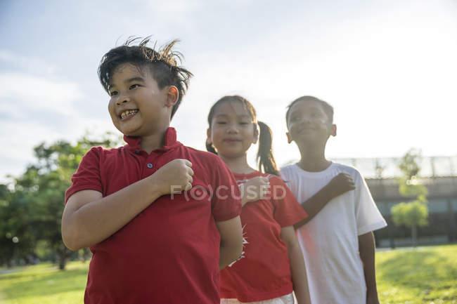 Группа азиатских детей, берущих в сингапор залог — стоковое фото