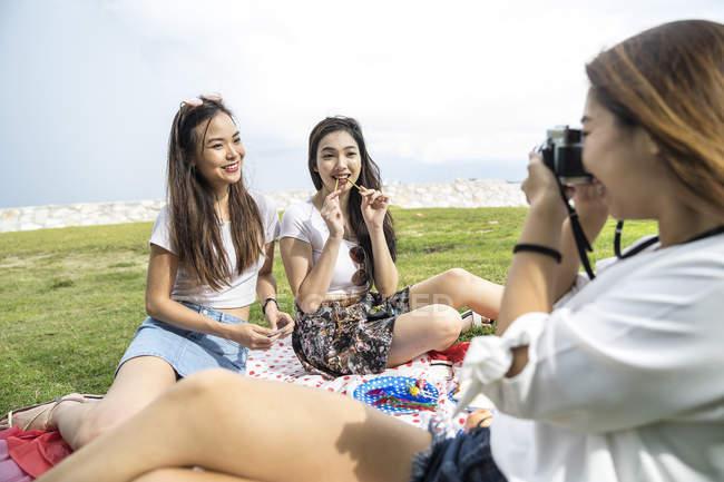 Freunde mit einem Picknick — Stockfoto