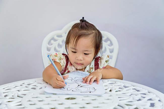 I bambini ora sono così attivi per imparare qualcosa di nuovo ogni giorno. . — Foto stock