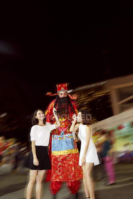 Молодая азиатская пара веселится на китайском новогоднем фестивале — стоковое фото