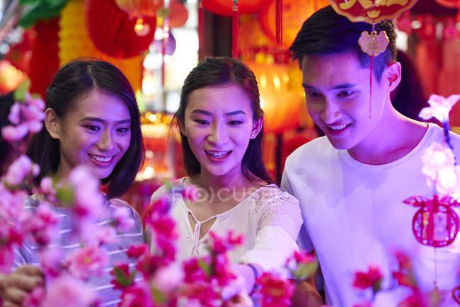 Giovani amici asiatici felici trascorrere del tempo insieme a Capodanno cinese — Foto stock