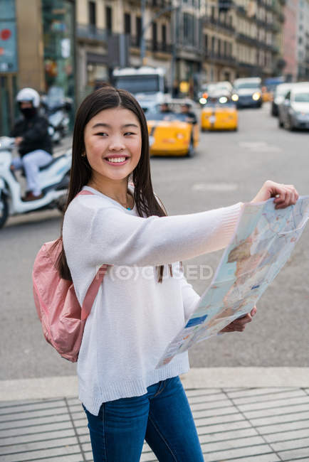 Young Chinese woman with a map in Barcelona — Stock Photo