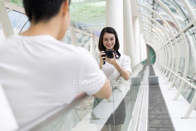 Joven atractivo asiático pareja juntos tomando foto en cámara - foto de stock