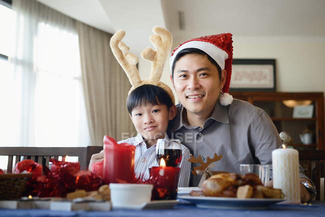 Padre e figlio al tavolo che celebrano il Natale insieme a casa — Foto stock