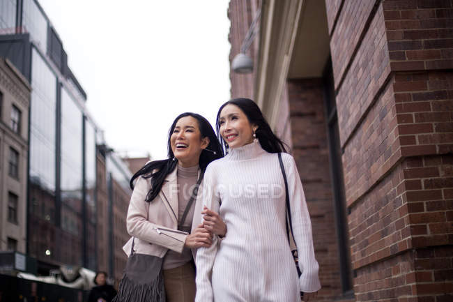 Zwei schöne asiatische Frauen zusammen in New York, USA — Stockfoto