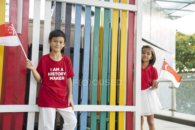 Hermanos celebrando el día nacional de singapores - foto de stock