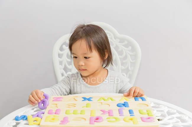 Jeune petit asiatique tout-petit fille jouer avec éducatif jouets — Photo de stock