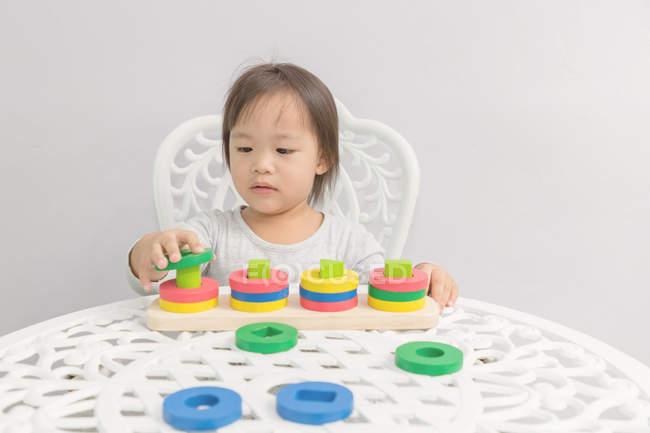 Junge kleine asiatische Kleinkind Mädchen spielen mit pädagogischen Spielzeug — Stockfoto