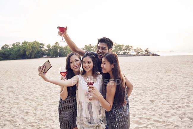 Attraente giovani asiatico amici avendo bere e prendere selfie — Foto stock