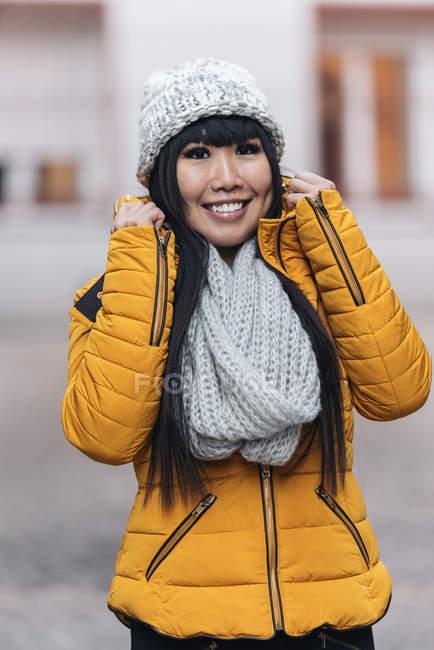 Молодая привлекательная азиатка позирует перед камерой на улице — стоковое фото