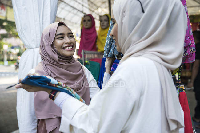 Two muslim ladies shopping for hijab. — Stock Photo