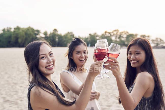 Attrayant jeunes amis asiatiques ayant boire — Photo de stock