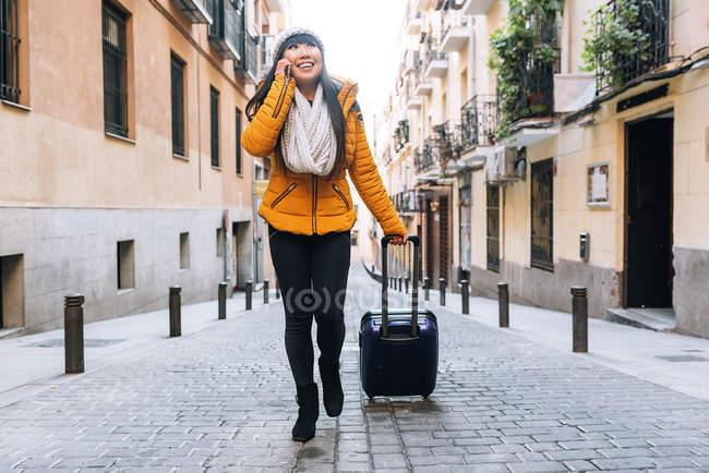 Молодая привлекательная азиатка, путешествующая по городу — стоковое фото