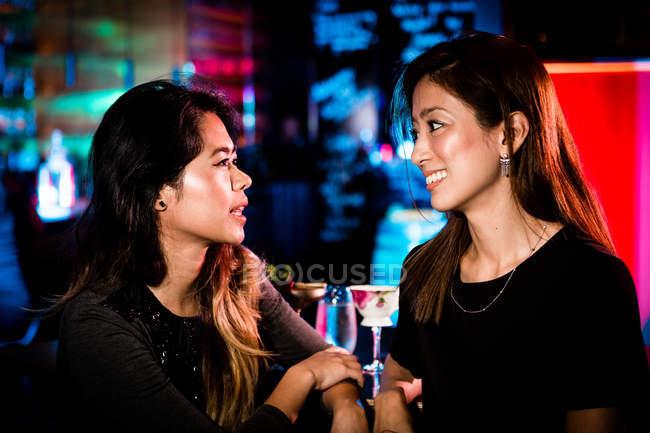 Buone amiche che si divertono al night club — Foto stock