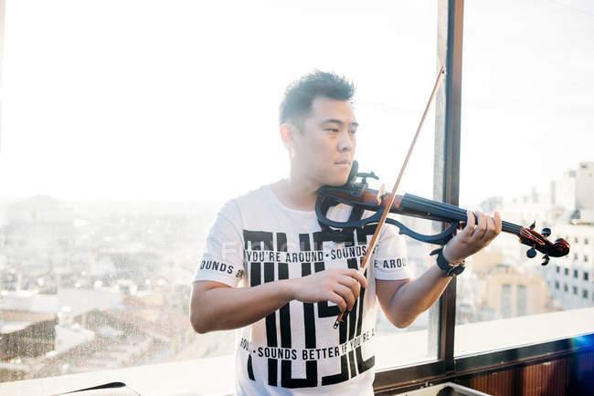 Junge asiatische Musiker männlich mit Geige — Stockfoto