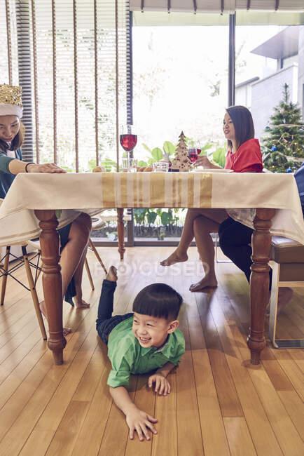 Felice giovane famiglia asiatica che celebra il Natale insieme — Foto stock