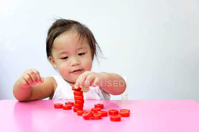 Jovem menina asiática da criança brincando com brinquedos educativos — Fotografia de Stock