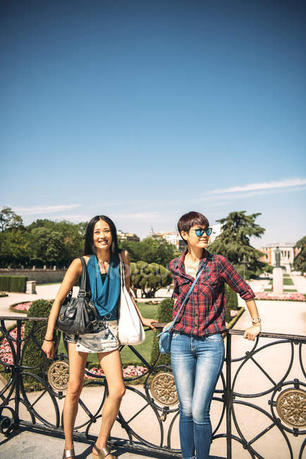 Frauen posieren in Madrigal für die Kamera — Stockfoto