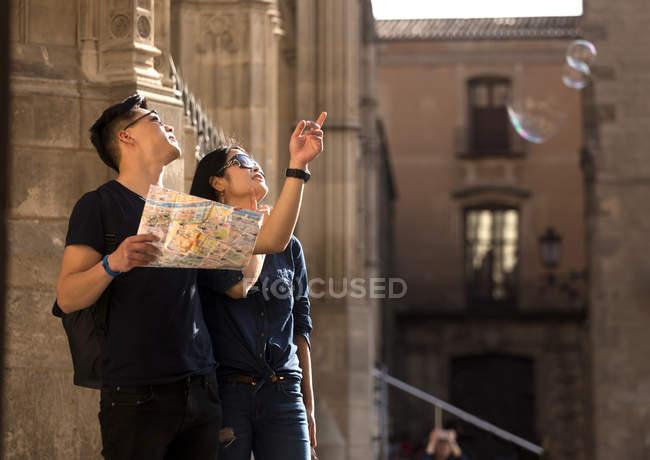 Китайська пара в визначні пам'ятки Барселони, Іспанія — стокове фото