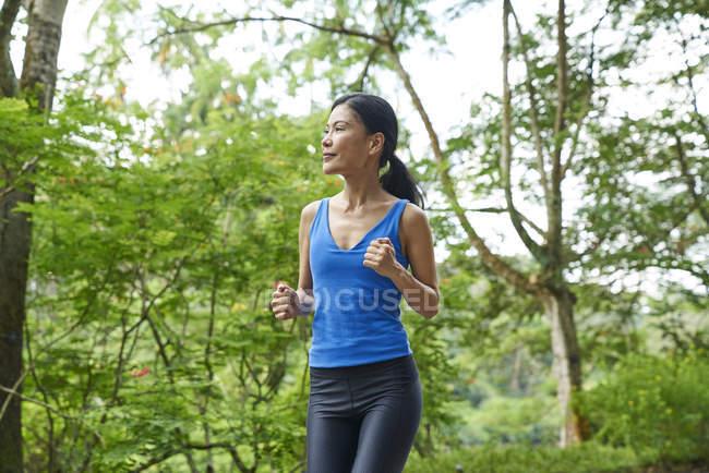 Mujer corriendo en Botanic Gardens, Singapur - foto de stock