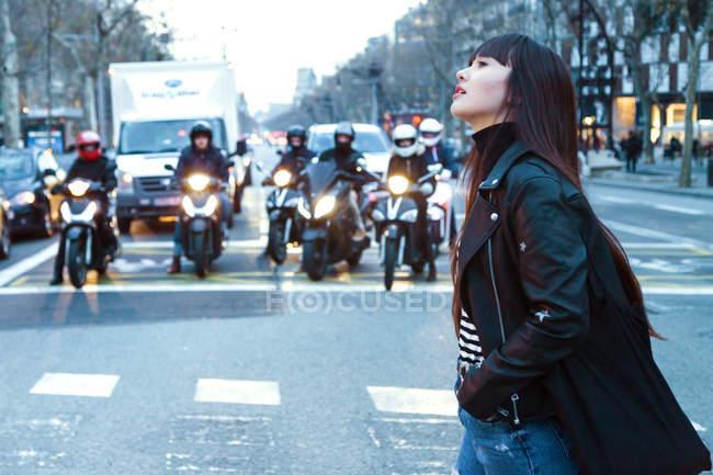 Giovane attraente asiatico donna a piedi in città — Foto stock