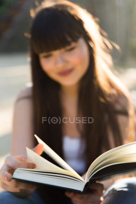 Libro de lectura de joven Eurasiática, enfoque selectivo - foto de stock