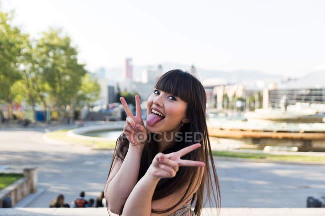 Красиві азіатські брюнетки показ миру жести — стокове фото
