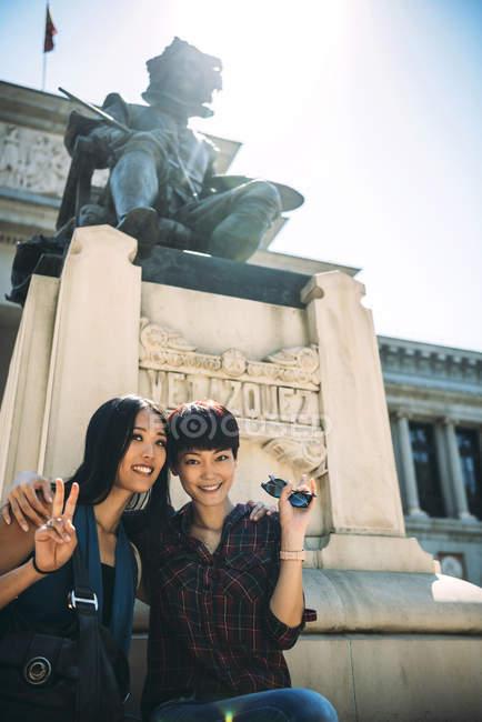 Turista asiático en el Museo del prado, Madrid, España - foto de stock