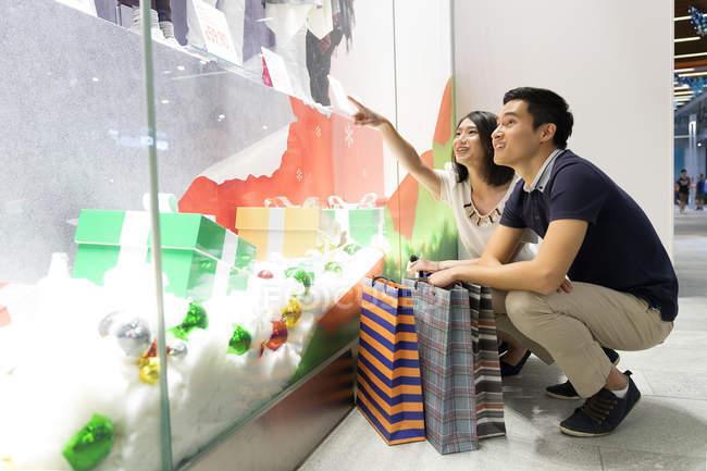 Joven atractivo asiático pareja juntos en Navidad compras - foto de stock