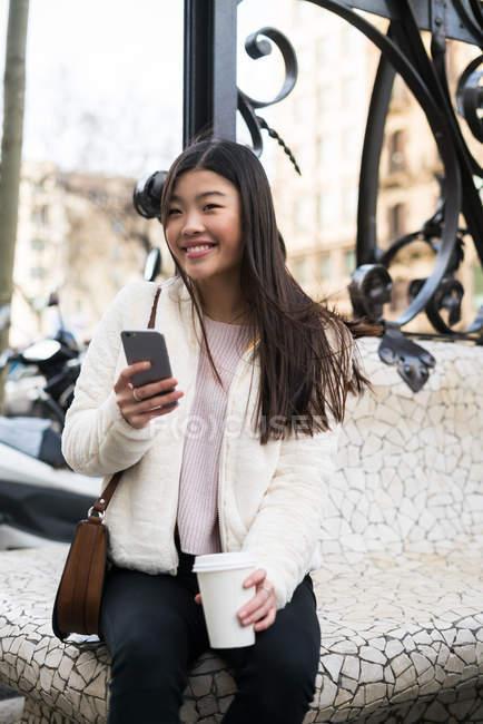 Молодая китаянка с мобильного телефона в Барселоне — стоковое фото