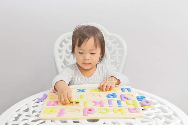 Jovem pouco asiático criança menina brincando com educativo brinquedos — Fotografia de Stock