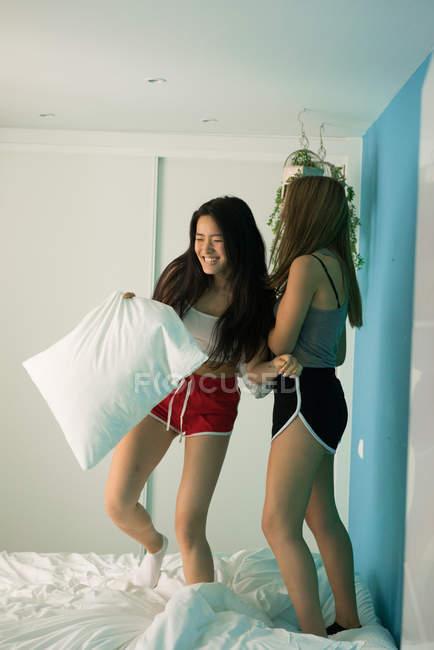 Два молодих жінок на дому весело — стокове фото
