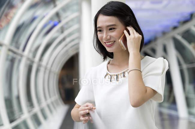 Молодий привабливою азіатські жінки за допомогою смартфона — стокове фото
