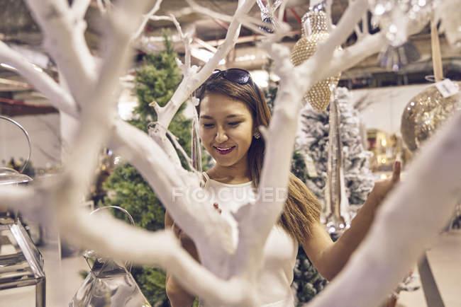 Giovane attraente asiatico donna a natale shopping — Foto stock