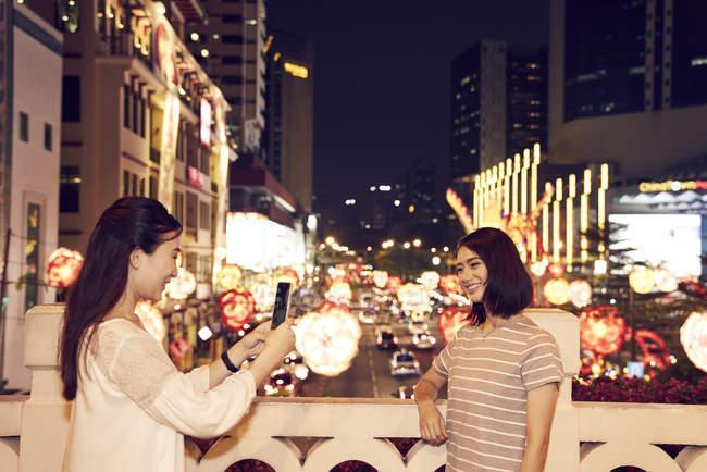 Giovani amici asiatici felici trascorrere del tempo insieme a Capodanno cinese e scattare foto — Foto stock
