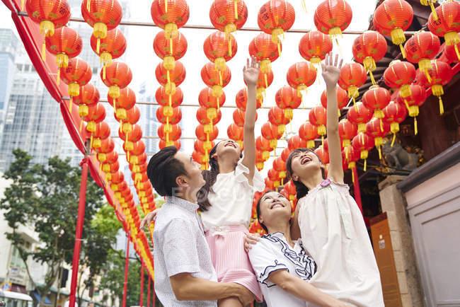 Heureux asiatique famille passer du temps ensemble dans traditionnel singapourien sanctuaire — Photo de stock