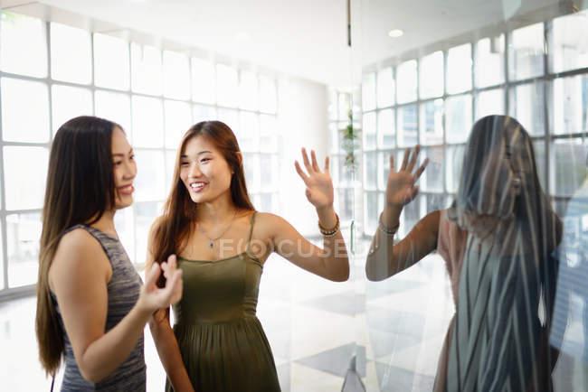 Giovani donne asiatiche attraente trascorrere del tempo insieme — Foto stock