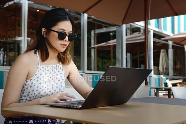 Молодая привлекательная азиатка с ноутбуком — стоковое фото