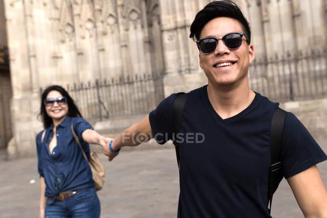 Китайська пара в Барселоні, тримаючись за руки, Іспанія — стокове фото