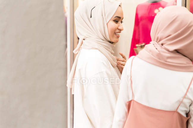 Two muslim friends in front of shop having conversation — Stock Photo