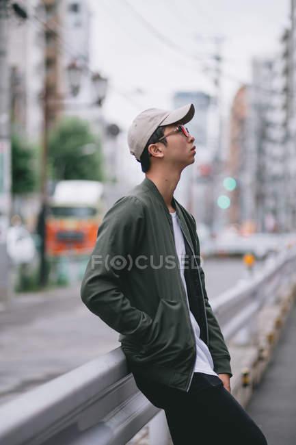 Giovane hipster agghiacciante per le strade di Tokyo — Foto stock