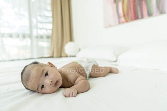 Baby liegend auf dem Bauch zu Hause — Stockfoto
