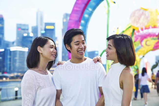 Trois jeunes amis asiatiques s'amusent au Nouvel An chinois, Singapour — Photo de stock