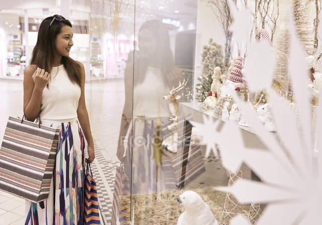Молодая привлекательная азиатская женщина на рождественские покупки — стоковое фото