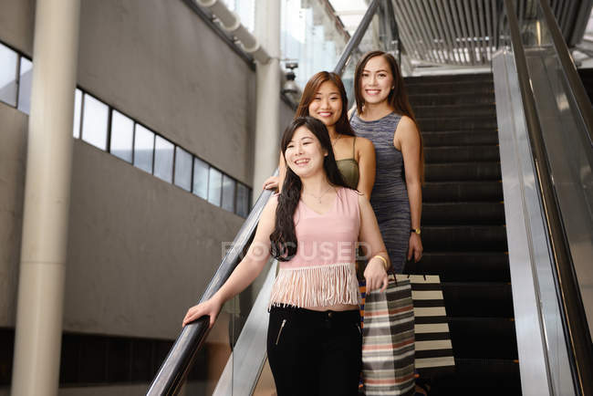 Jóvenes asiáticas atractivas con bolsas - foto de stock